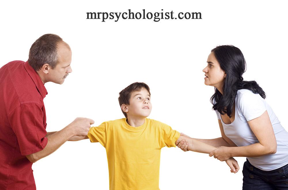 پس از طلاق، کودکان را بازیچه و اهرم فشار بر طرف مقابل نکنید تا کودک آسیب عاطفی کمتری ببیند.