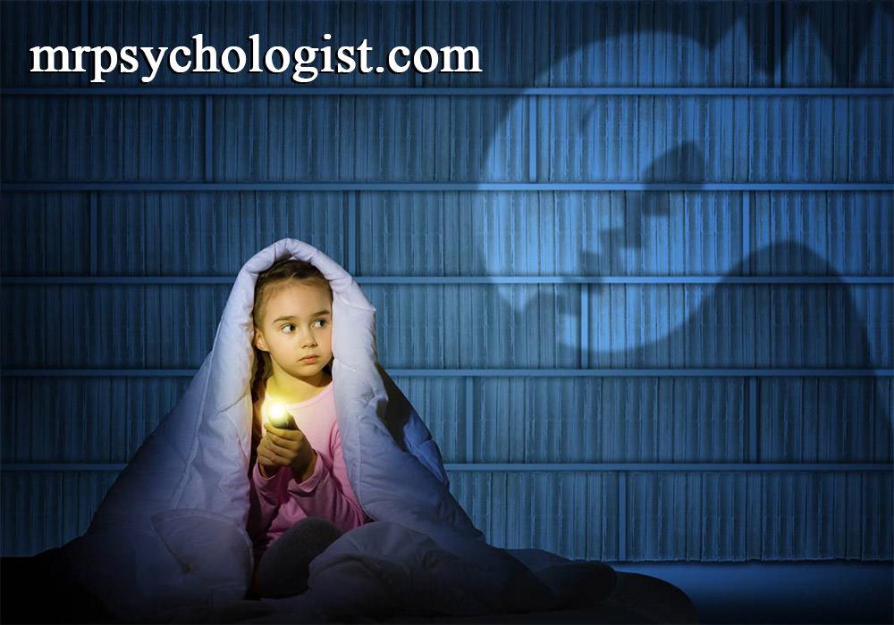 کودک را از چیزها و جانداران نترسانید تا دچار آسیب روانی نشود.