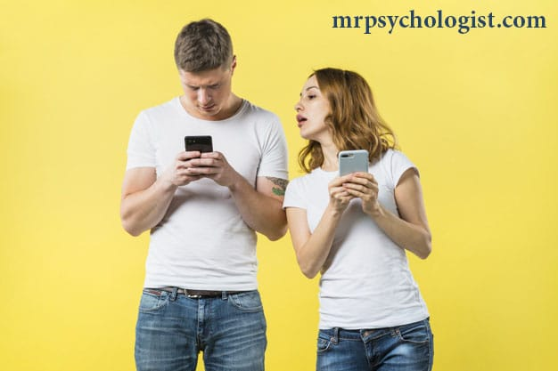 چرا چک کردن موبایل همسر اشتباه است؟